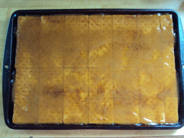 English Toffee Pecan Bars: delicious toffee drizzled over graham crackers then coated with pecans!